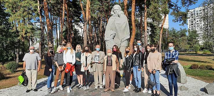 У памятника Матери-Вдове