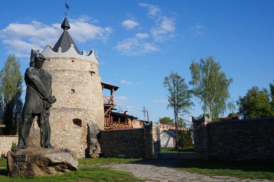 Старинный город Летичев по обеим сторонам дороги
