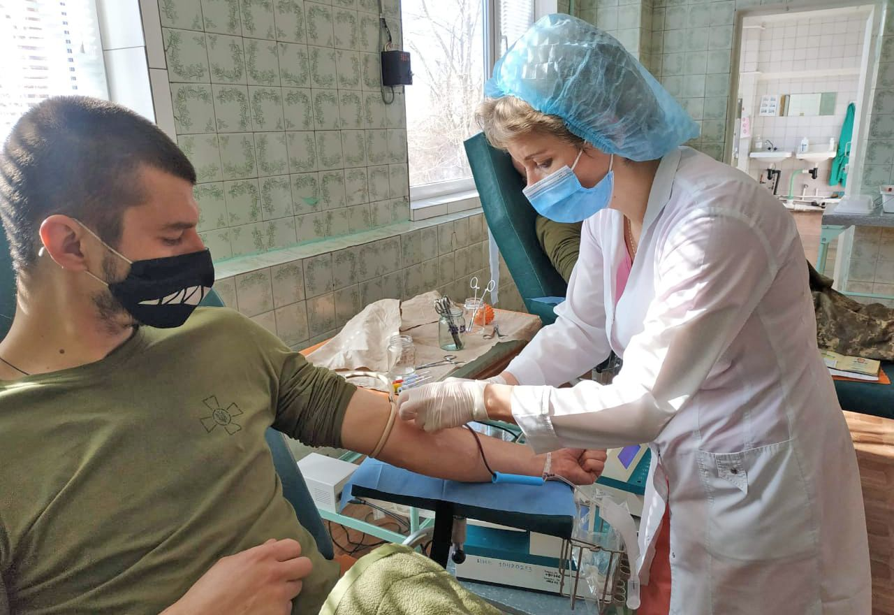 Донеччина: Морпіхи щомісяця діляться кров'ю