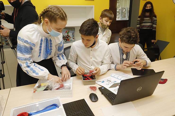 Дніпро: Вчаться на лікарів... для роботів