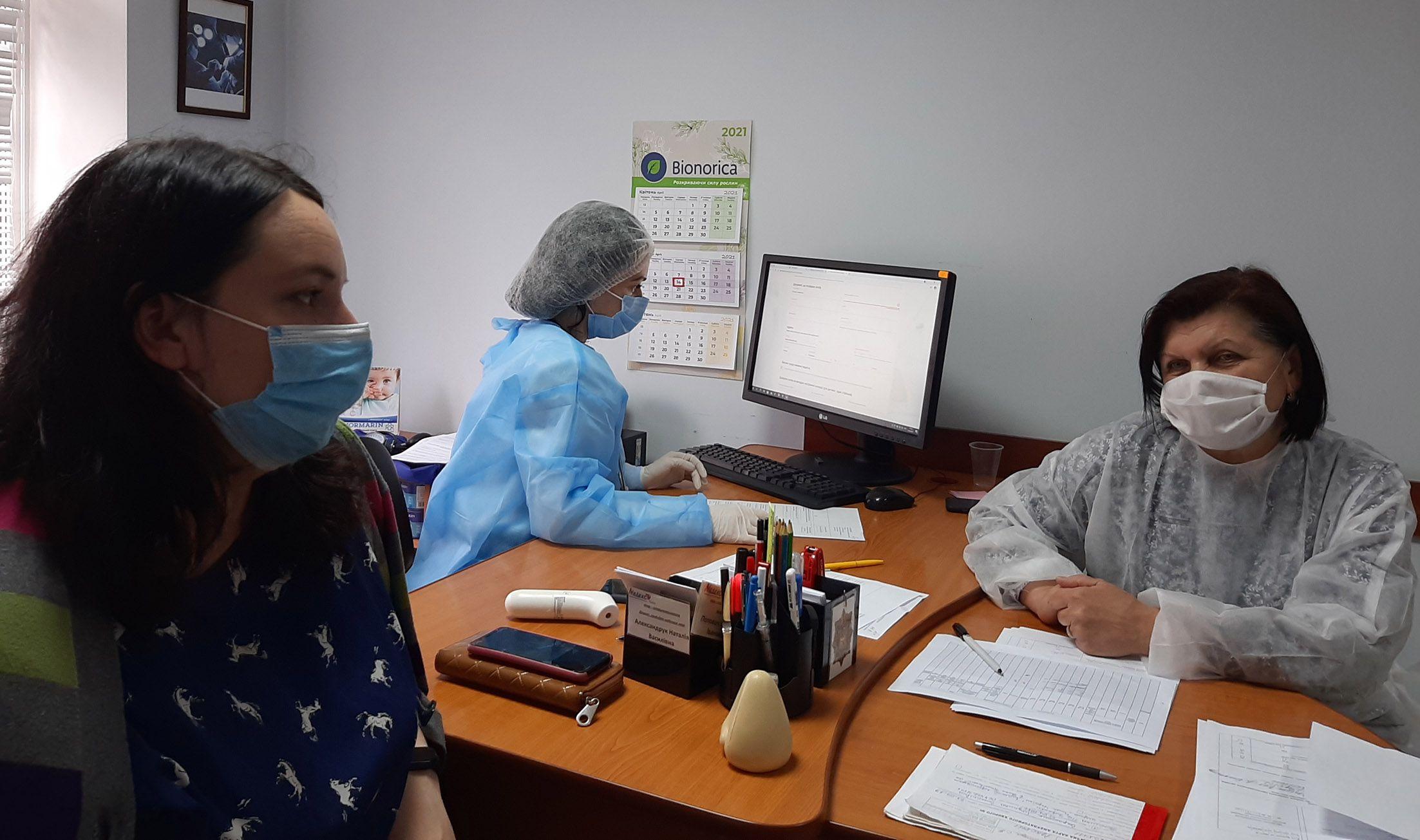 Прикарпаття: Медики з острахом очікують на нову хвилю захворювання після травневих свят