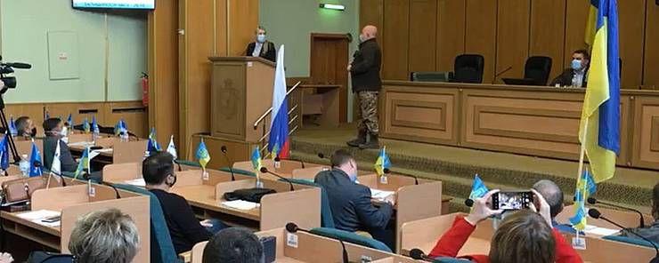 У Слов'янську, як і 2014 року, до міськради принесли  російський триколор...