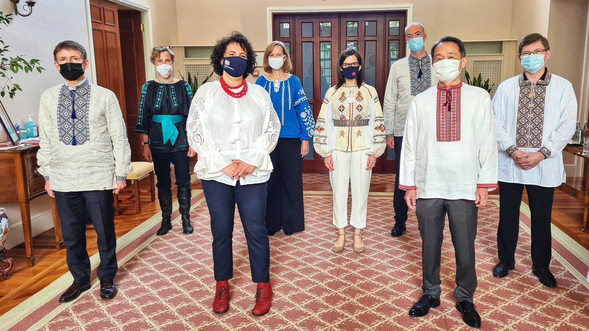 Послы стран «Группы семы» поздравили украинцев с Днем вышиванки и опубликовали общее фото