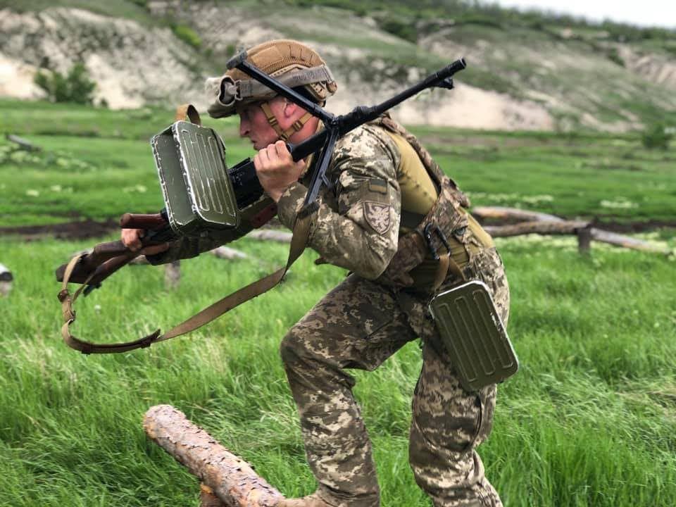 Десантники демонструють бойовий вишкіл