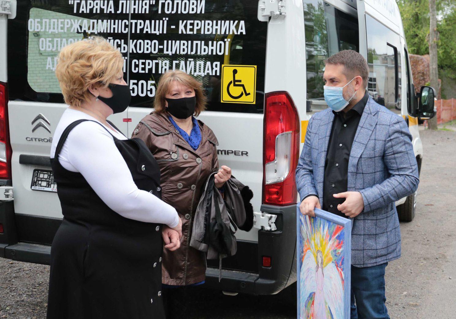 Центр для дітей з інвалідністю отримав спецавтомобіль