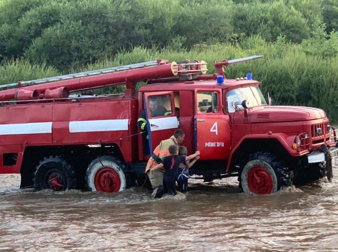 На Закарпатье чрезвычайники спасли юных рыбаков