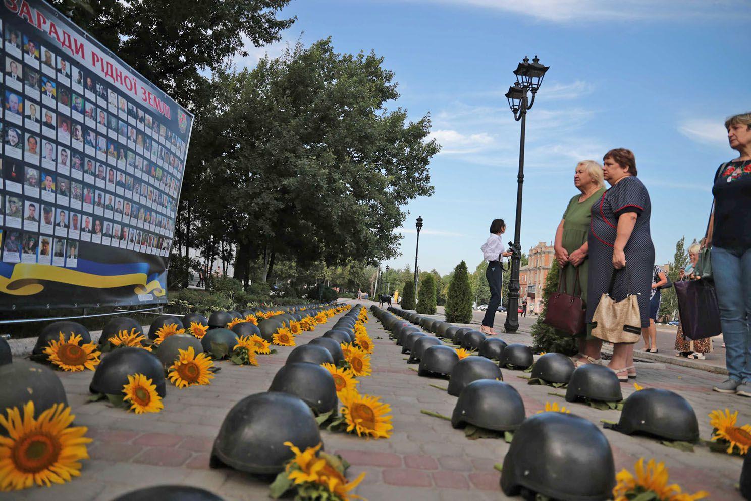 Военные шлемы и подсолнухи напомнили о трагедии
