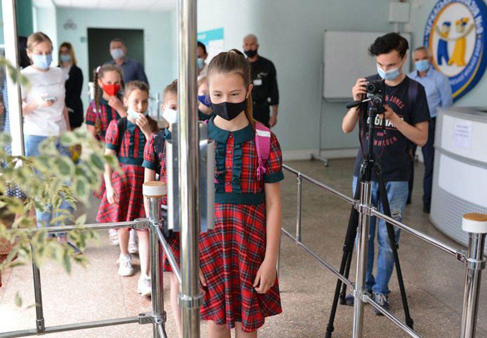 Черкасчина: Электронный «вахтер» сканирует лицо и измеряет температуру