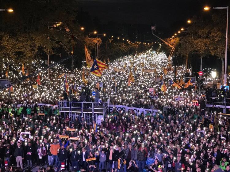 Прем'єр Іспанії відвідує Каталонію після протестів