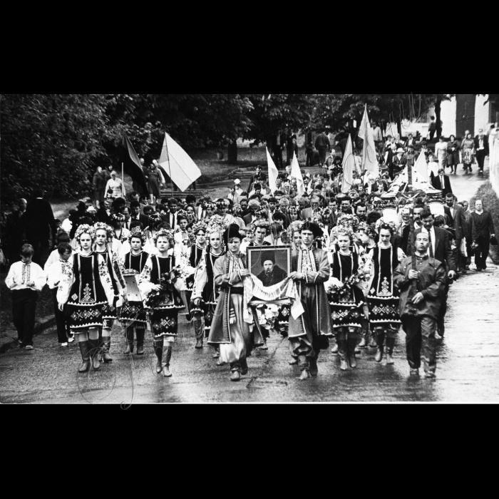 Мітинги. Квітень-травень 1991 року. 20.05.1991 Канів. 130 років тому Україна прощалась з Кобзарем.