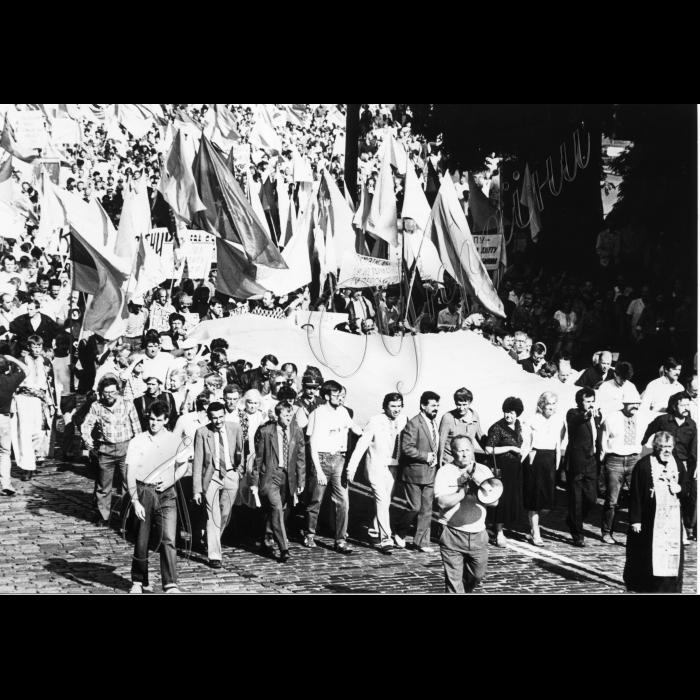 Мітинг біля ВР України в день проголошення Незалежності України. Прапор України