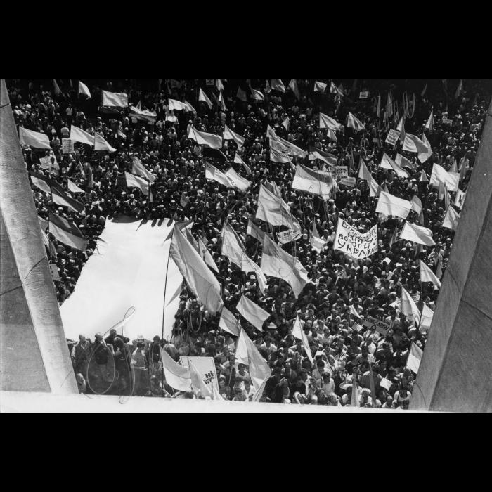 Мітинг біля ВР України в день проголошення Незалежності України.  Український прапор