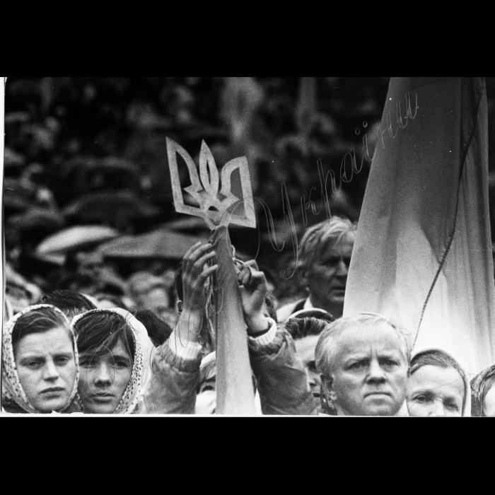 Мітинг біля ВР України в день проголошення Незалежності України. Тризуб