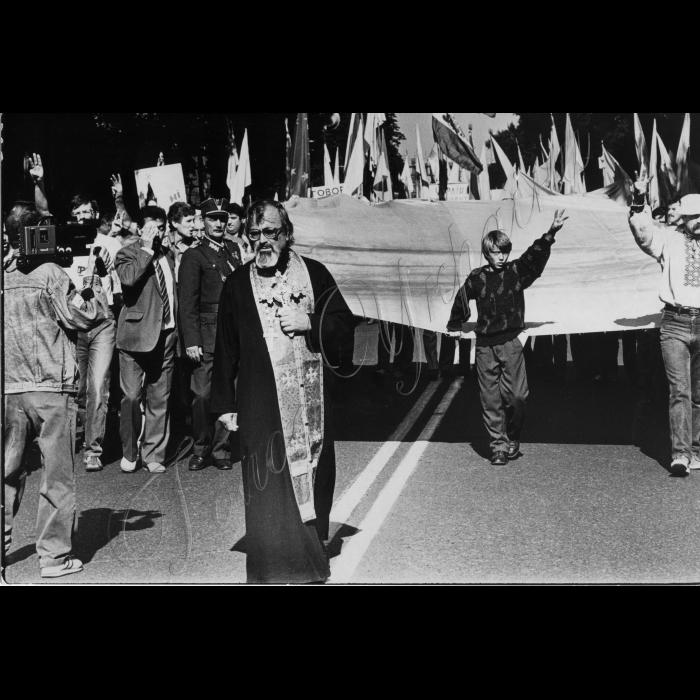 Мітинг біля ВР України в день проголошення Незалежності України. Український прапор, священник