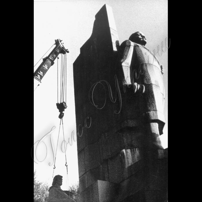 12.09.1991  Київ, площа Жовтневої Революції. Знімають (демонтують) пам'ятник Леніну.