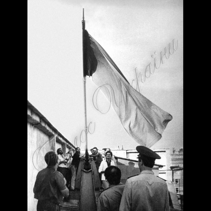 25.08.1991 З даху будинку ЦК КПУ знімають червоний прапор