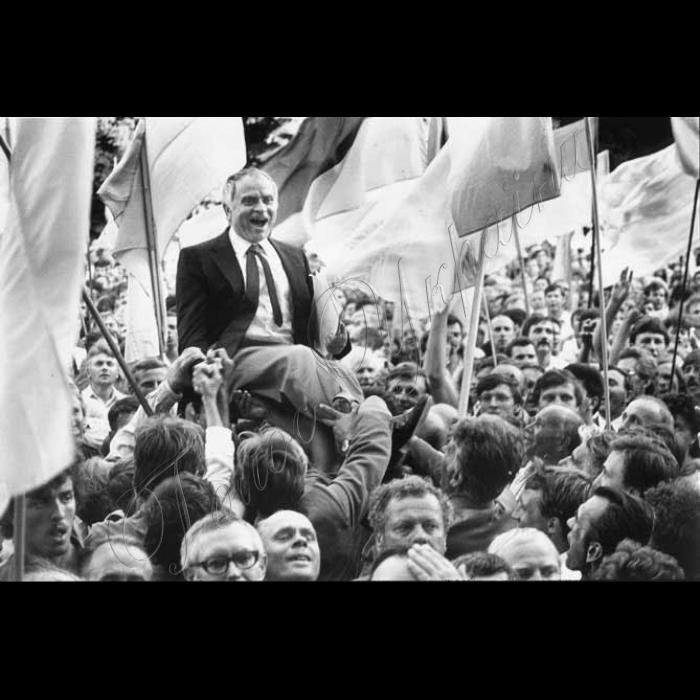 04.09.1991  Після підняття національного прапору над ВР. Дм. Павличко