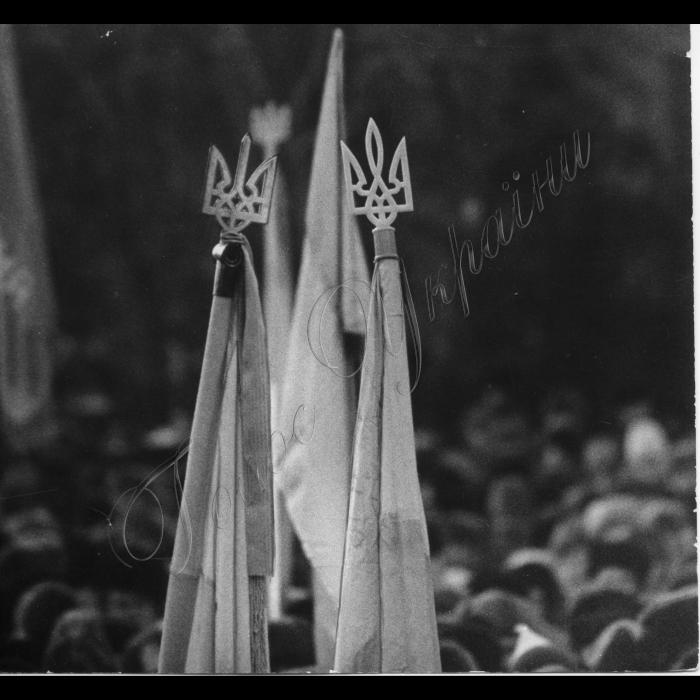 Мітинги . Жовтень-грудень 1991 року. Символіка суверенності - синьо-жовта, символізує вільну Українську державу.