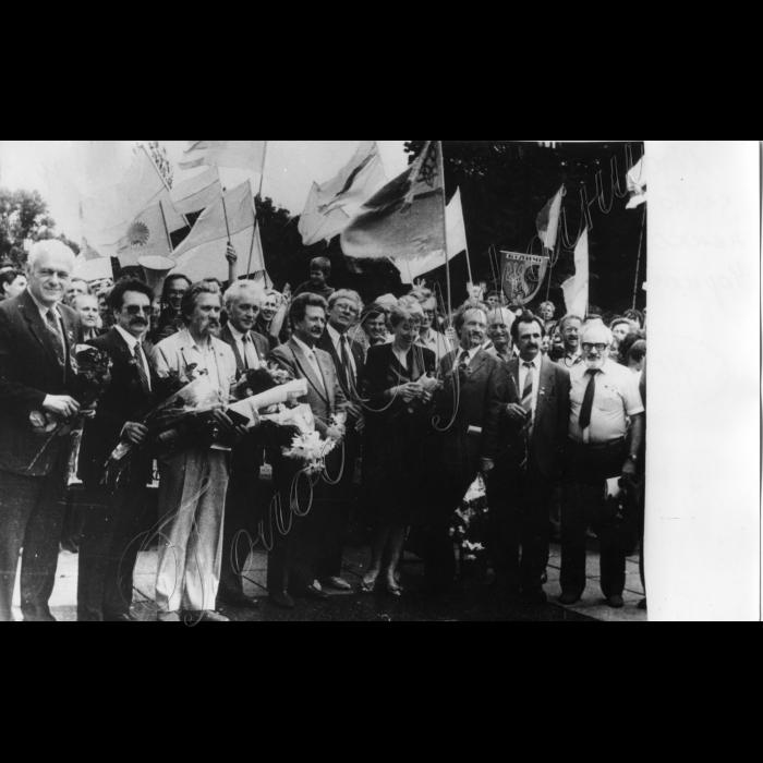 Літо 1990 - НРУ на мітингу. Зліва направо: Шевченко А. (2-й), Лук'яненко, Хмара, Горинь М., Калинець І. (7-ма), Чорновіл, Горинь Б., Алтунян.