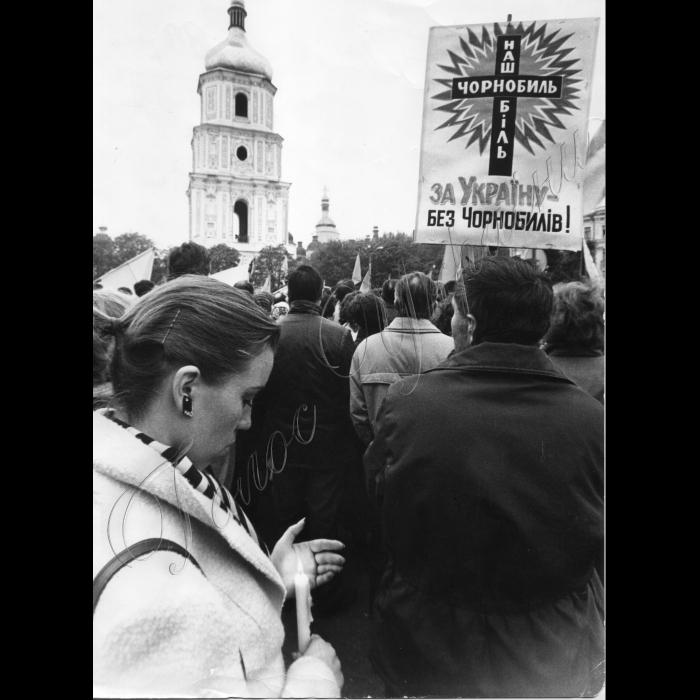 26.04.90 Київ, Софіївський майдан - траурний мітинг до річниці Чорнобильської катастрофи.