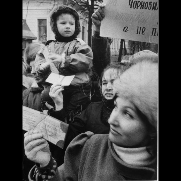 Мітинги . 1992 . Біля ВР. Пенсіонери , інваліди, чорнобильці.