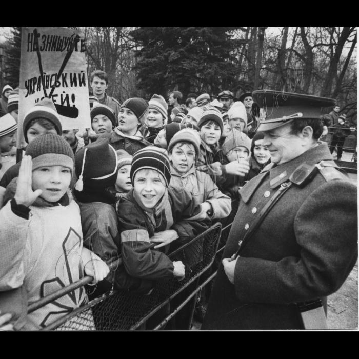 Мітинги . 1992 .  Біля ВР. Пенсіонери , інваліди, чорнобильці, віруючі греко-католики