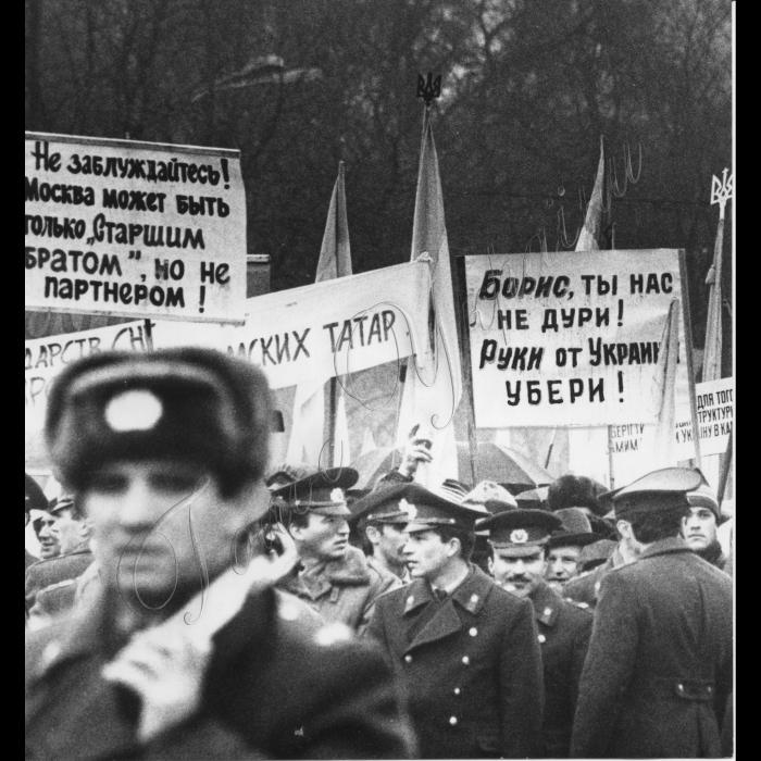 Мітинги. 1992 рік. Мітинг на Михайлівський площи у Києві з приводу зустрічі голів держав СНД.