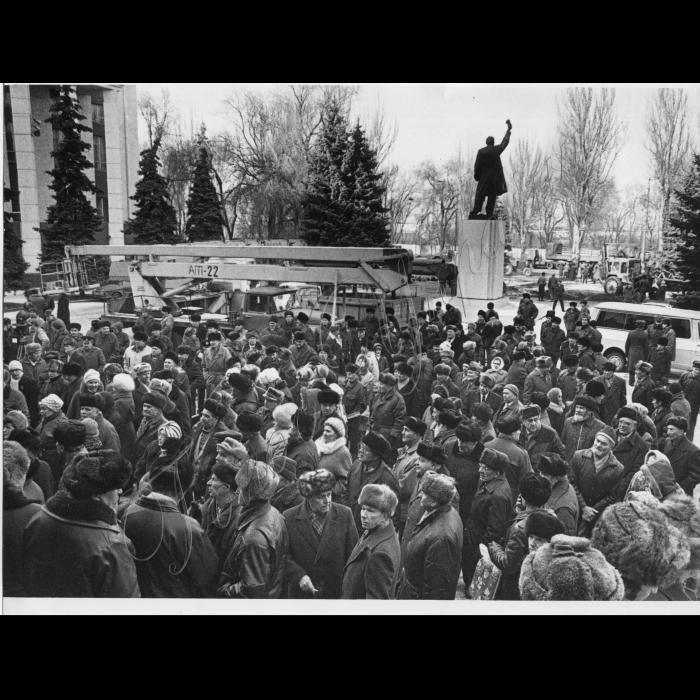 21.02.1997. Дніпропетровськ.  Під час мітингу біля пам'ятника Леніну