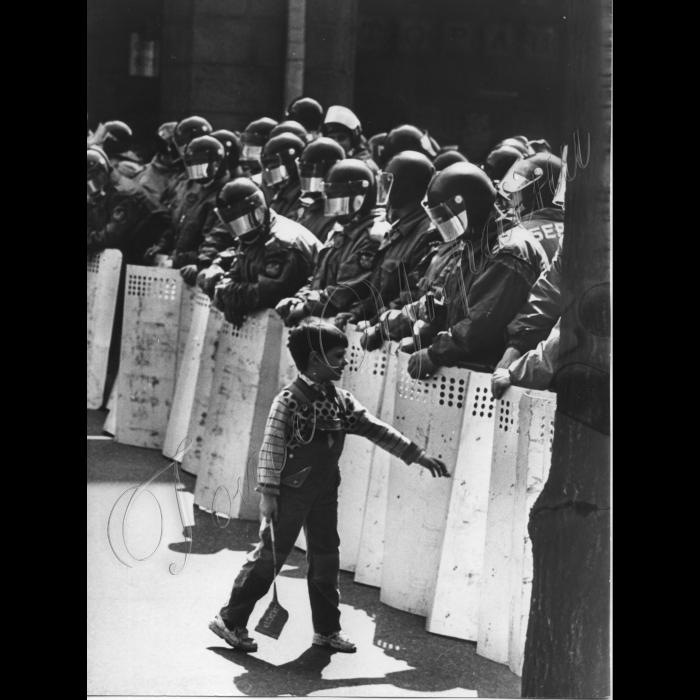 01.05.1997. Київ. Першотравнева демонстрація, хлопчик, міліція