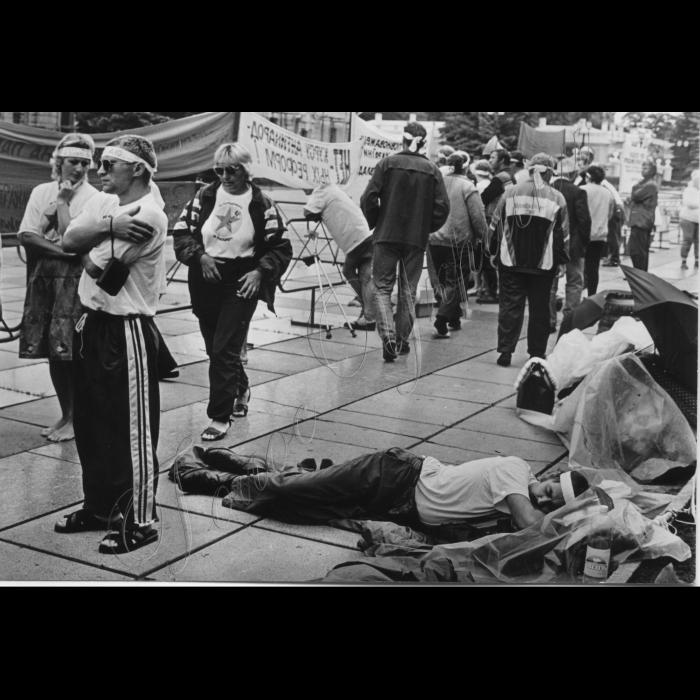 08.07.1997. Біля Верховної Ради. Голодуючий