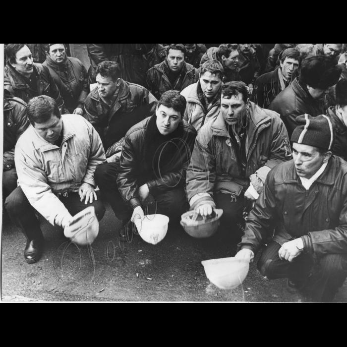 19.02.1998. Всеукраїнська акція протесту. Шахтарі, гірники Стук касок.
