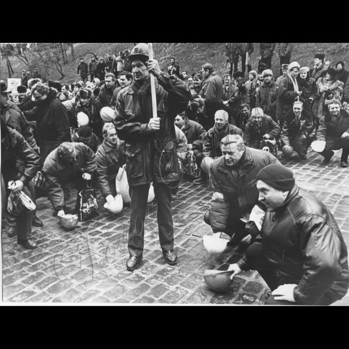 19.02.1998. Всеукраїнська акція протесту профспілок. Шахтарі, гірники, стук касок