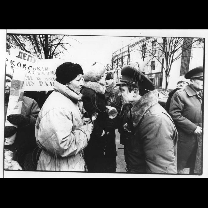 03.03.1998. Пікети. Біля Кабміну пенсіонерів, чорнобильців.