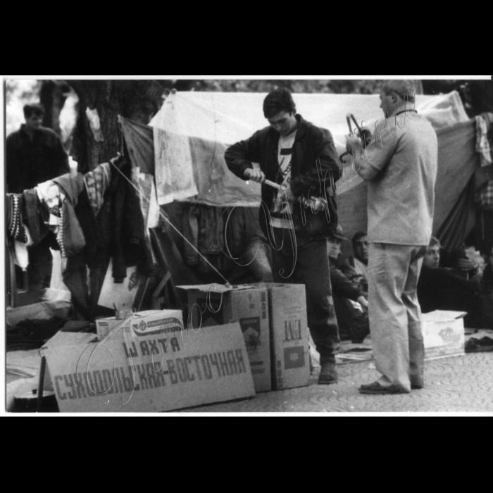 Серпень 1998 року.  Луганськ. Пікети шахтарів біля облдержадміністрації.