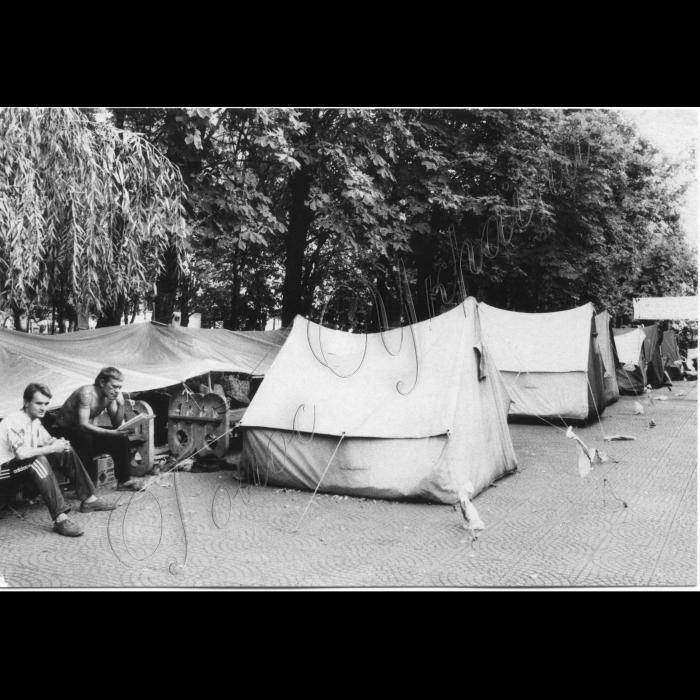 Серпня 1998. Луганськ. Пікети шахтарів біля облдержадміністрації.
