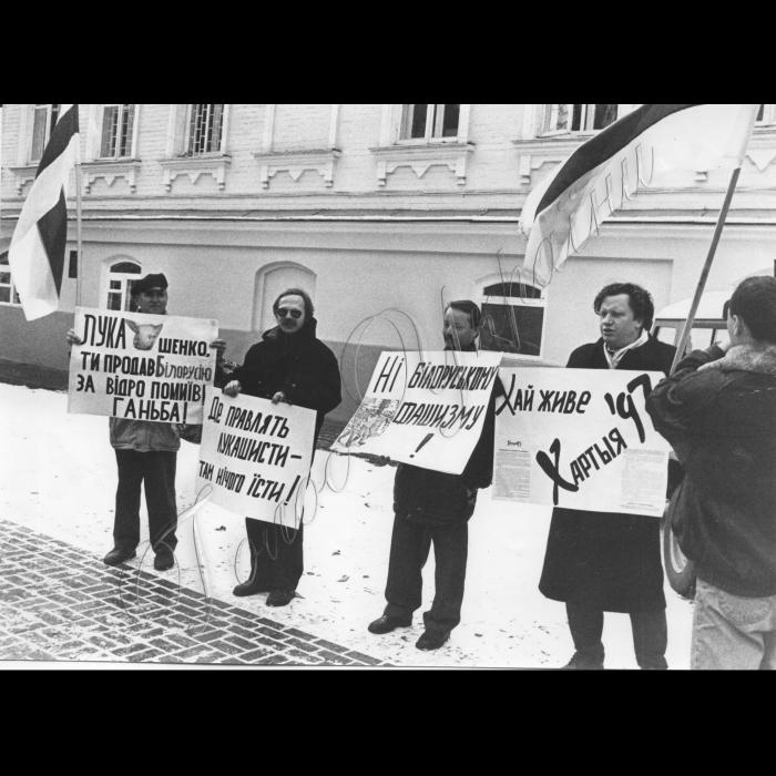 10.11.1998. Мітинг Руха. Пікети біля Білоруської амбасади - посольства. На знак солідарності з білоруським об'єднанням
