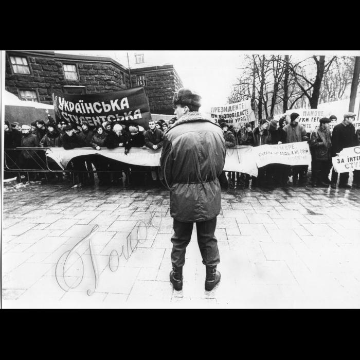 17.12.1998. Мітинг студентів біля Кабміну. Міліція