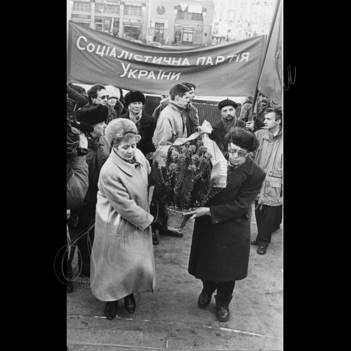 21.01.1999. Соцпартія покладає вінки Леніну - вождю пролетарів. Семенюк