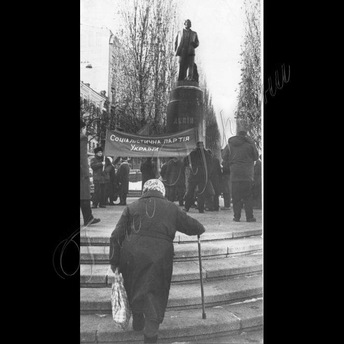 21.01.1999. Соцпартія покладає вінки вождю пролетарів до пам'ятника Леніну