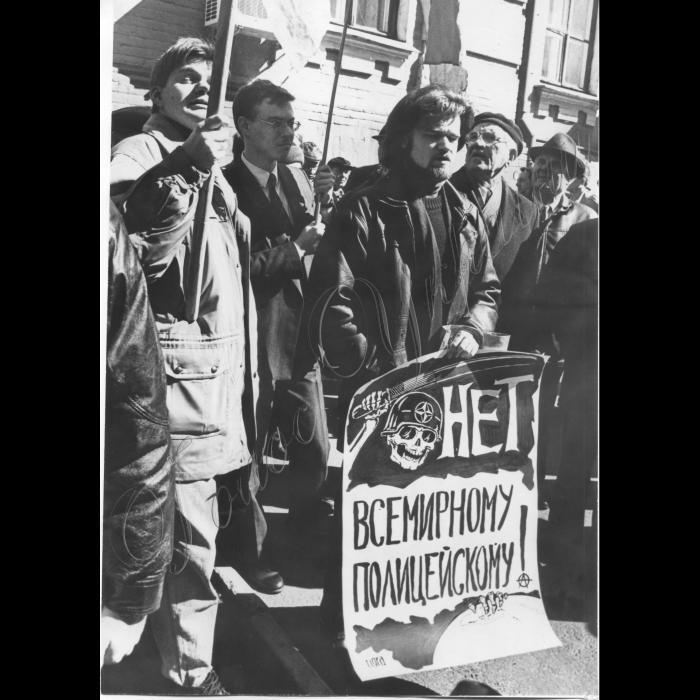 25.03.1999. Біля амбасади Великобританії відбулась акція протесту блоку лівих сил Київського регіону проти бомбових ударів НАТО по Югославії...