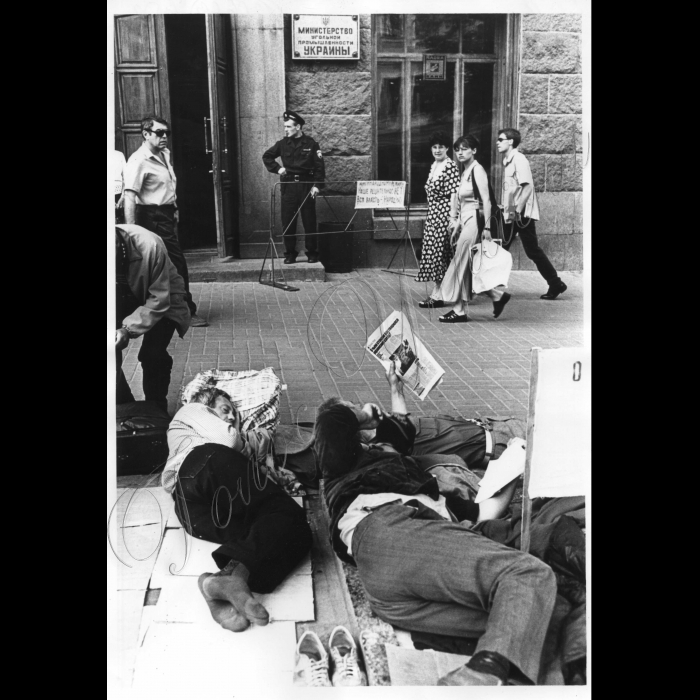 09.06.1999. Шахтарі Горлівки біля Мінвугільпрому.