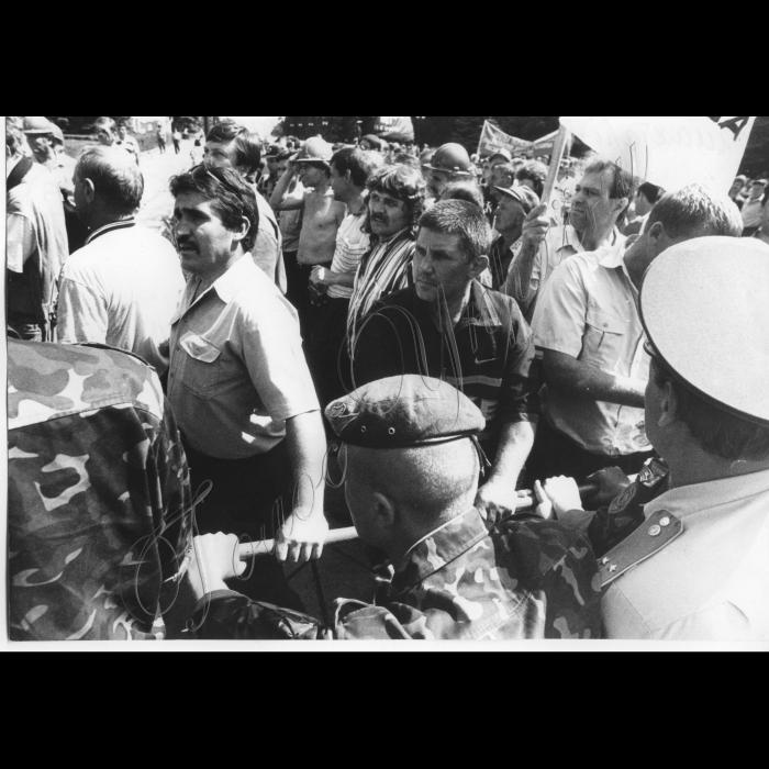 01.07.1999 Шахтарі-інваліди погрожують сухою голодовкою біля ВР.