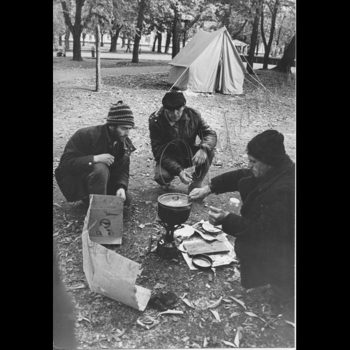 16.10.1999.  Луганськ, Центральна площа. Пікети шахтарів. Шахта ім. Менжинського.