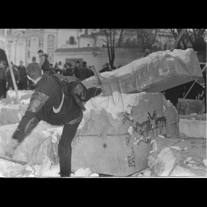 12.11.1999. Мітинг на Софіївський площі на підтримку Л. Кучми. Учасник мітингу ламає макет берлінської стіни.