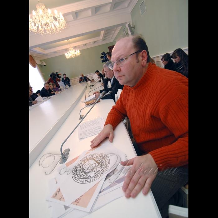 23 февраля 2009 в КГГА состоялось заседание рабочей группы по разработке нового герба Киева. Валерий Томазов - руководитель рабочей группы, кандидат исторических наук, руководитель Центра генеалогических и геральдических исследований Института истории Украины НАНУ.