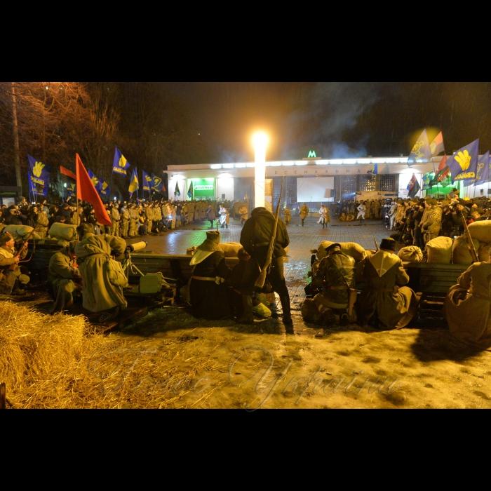 29 січня 1918 року поки йшов бій під Крутами, у Києві більшовики організували збройний  заколот. Він охопив Шулявку, Залізничний вокзал, Деміївку, Поділ. Центром був завод Арсенал, де зберігалась зброя. 7-тисячний Київський гарнізон оголосив нейтралітет, піддався російській більшовицькій агітації. Тоді ми перемогли… Пройшло 100 років… На сході бої, так само гібридна російська більшовицька агітація в тилах працює. 29 січня 2018 року у Києві відбулась реконструкція бою військ УНР проти більшовиків на заводі Арсенал. Потім - традиційний cмолоскипний марш від Арсенальної площі до Аскольдової могили присвячений героям Крут. Не забуваймо історію.