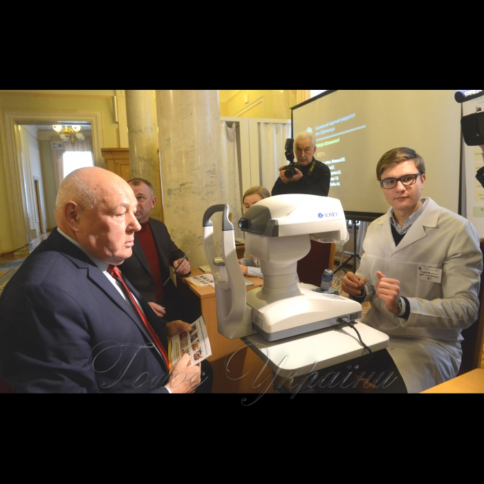 14 березня 2018 у Верховній Раді України відбулися заходи з нагоди Дня профілактики глаукоми. Відомо, що одним з найнебезпечніших захворювань ока у світі, що призводить до сліпоти людини, є глаукома – захворювання очей, що характеризується підвищенням внутрішньоочного тиску.   Комітет Верховної Ради України з питань охорони здоров'я та Всеукраїнський альянс офтальмологів провели у Верховній Раді України заходи у рамках Дня профілактики глаукоми: популяризація ранньої діагностики та профілактики глаукоми (безконтактне вимірювання очного тиску у народних депутатів України, що проводитиметься лікарями; трансляція відео-матеріалів, роздача друкованої продукції тощо), консультування медичними фахівцями-офтальмологами. Андрій Река.