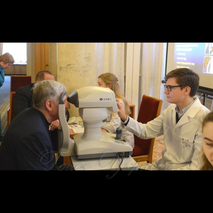 14 березня 2018 у Верховній Раді України відбулися заходи з нагоди Дня профілактики глаукоми. Відомо, що одним з найнебезпечніших захворювань ока у світі, що призводить до сліпоти людини, є глаукома – захворювання очей, що характеризується підвищенням внутрішньоочного тиску.   Комітет Верховної Ради України з питань охорони здоров'я та Всеукраїнський альянс офтальмологів провели у Верховній Раді України заходи у рамках Дня профілактики глаукоми: популяризація ранньої діагностики та профілактики глаукоми (безконтактне вимірювання очного тиску у народних депутатів України, що проводитиметься лікарями; трансляція відео-матеріалів, роздача друкованої продукції тощо), консультування медичними фахівцями-офтальмологами. Микола Лаврик.
