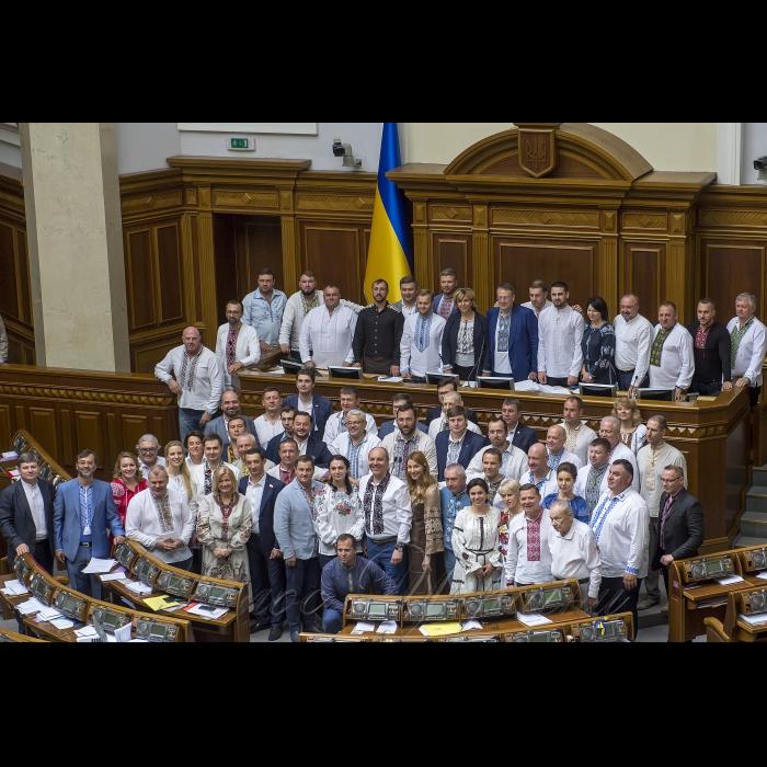 17 травня 2018 сесія Верховної Ради України. В Україні - день вишиванки. Пам'ятне фото з нагоди дня вишиванки.