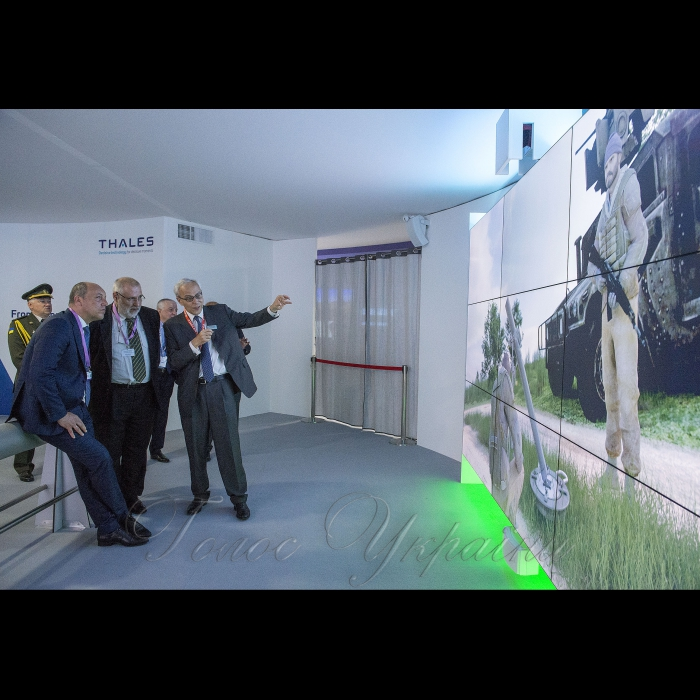 Голова Верховної Ради України Андрій Парубій розпочав візит до Французької Республіки. Париж.  Робочі зустрічі на стендах компаній «Укроборонпром», «Аirbus» та «Thales». Робочі зустрічі на стендах компанії